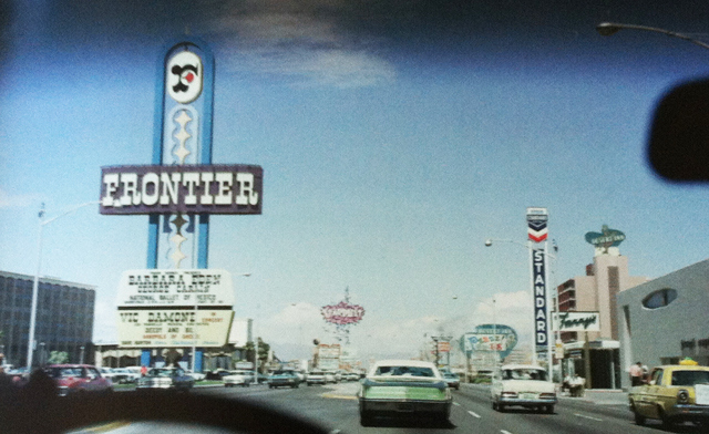 Sequence, upper Strip, driving north, fue tomada por Denise Scott Brown en Las Vegas en 1968