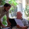 El la casa del arquitecto Baertl M. revisando los trabajos de recopilación e investigación. Miraflores, Lima - 2008 | Fotografía: Fernando Freire Forga