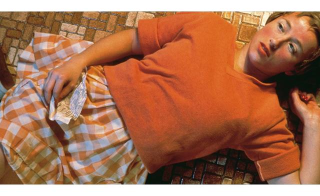 Fotografía de Cindy Sherman, Untitled #96 (1981). Sherman acostumbra a crear sus propios personajes jugando con la ambigüedad de un relato y un tiempo determinados. Ella es la única protagonista de sus fotografías, pero no hay dos fotografías parecidas. Más información en http://www.cindysherman.com/