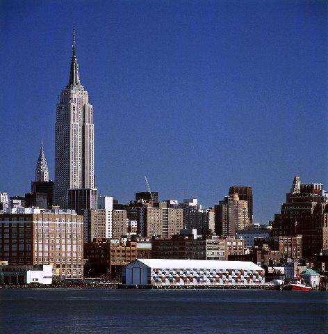 La primera disposición del Museo Nómada se realizó en la primavera del 2005, en Nueva York, en el histórico embarcadero número 54 del río Hudson, donde desembarcaron los supervivientes del Titanic. Su siguiente destino fue Los Ángeles, desde donde viajará a lo largo de Europa y Asia | Fotografía: Michael Moran