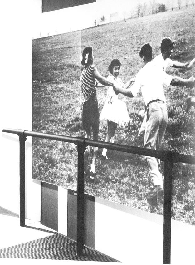 : Interior del tercer volumen, con la fotografía más controvertida: niños de distintas razas jugando y uniendo sus manos. Fuente: Masey, Jack y Morgan, Conway Lloyd. Cold War Confrontations. Zürich: Lars Müller Publishers, 2008.