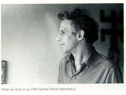 K.O.-Götz.1949.-Son-Micky-y-Pierre-Alechinsky-Dotremont-Corneille-y-Aldo-van-EycK-durante-la-preparación-de-la-exposición-Cobra-en-el-Stedelijk-Museum-de-Amst