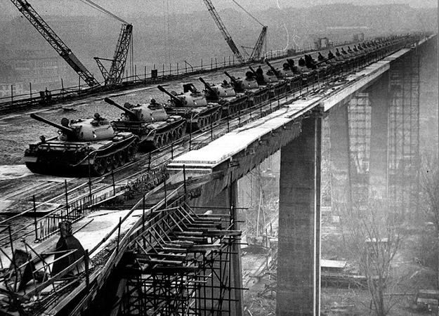 Nuselský most – pruebas de carga (1970)   Archivo Dopravního podniku hl. m. Prahy