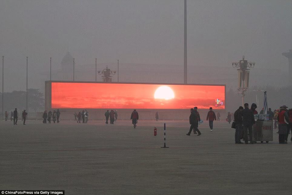 Puesta de sol en una pantalla de leds gigante en la plaza de Tiananmen el 16 de Enero del 2014, en un día de alerta por alta contaminación en Beijing, China.