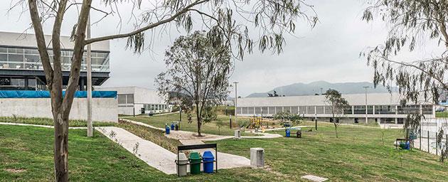Vista del CREA, la Piscina Techada y el Polideportivo Techado desde el Parque | : Parque Zonal Flor de Amancaes | Foto: Eleazar Cuadros