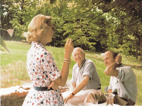 Marcel Breuer junto a sus clientes, Caroline Smith y Rufus Stilman, en el jardín de New Caan, 1956.