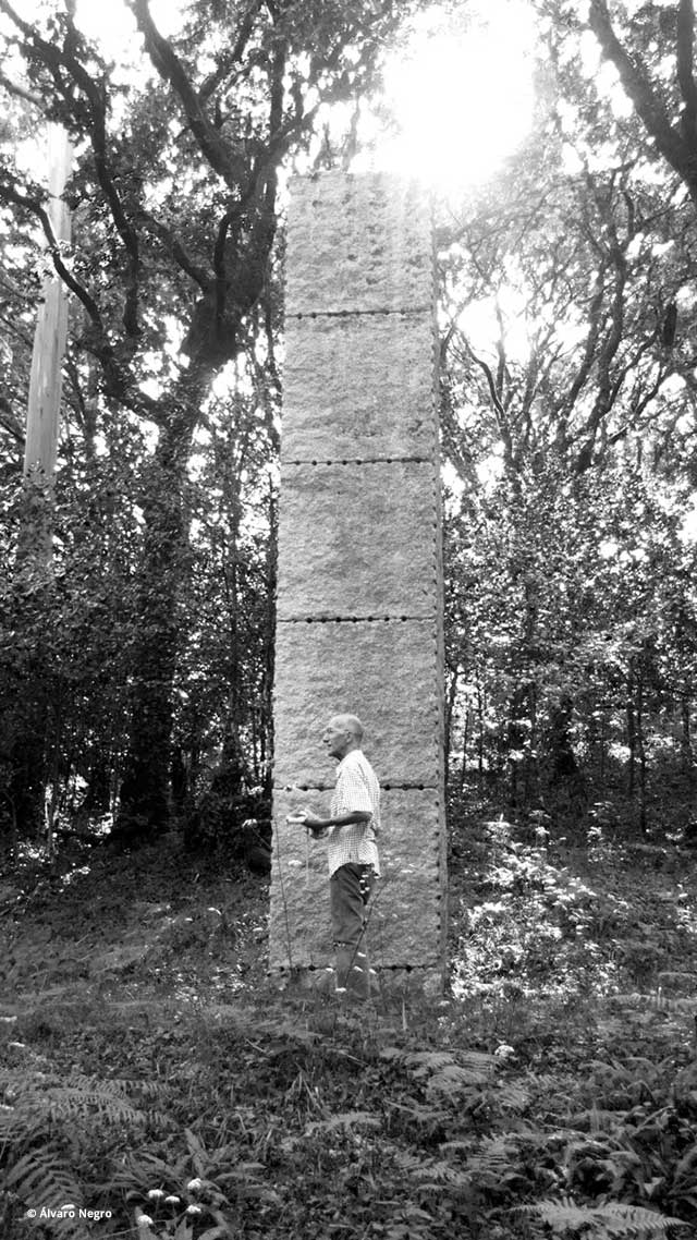 Carlos Puente frente a la escultura Ulrich Rükriem | Fotografía: Álvaro Negro