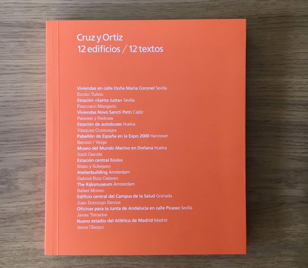 """catálogo titulado """"Cruz y Ortiz 12 edificios / 12 textos""""."""