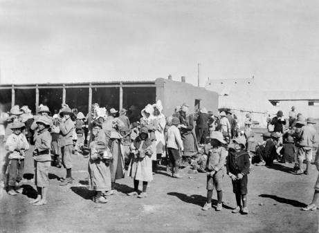 Mujeres y niños Bóers en un campo de concentración británico hacia 1900, durante las Guerras de los Bóer. Fuente: Wikipedia