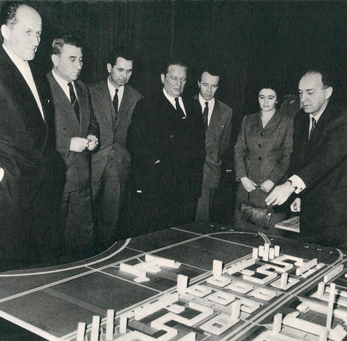 Tito con los autores del plan urbanístico del centro de Nueva Belgrado 1959