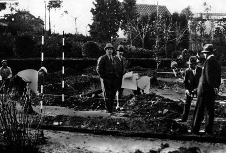 Mies van der Rohe supervisando la obra del Pabellón de Barcelona en 1929.