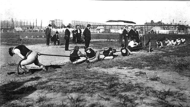 Competición de cuerda en los Juegos Olímpicos de San Luis 1904. Wikipedia The Olympic Games 1904. St. Louis, MO: Woodward and Tiernan, 1905 | Source: http://www.loc.gov/rr/main/olympics/images.html