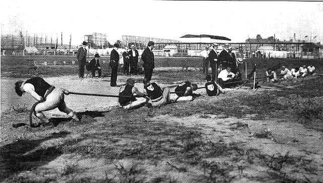 Competición de cuerda en los Juegos Olímpicos de San Luis 1904. Wikipedia The Olympic Games 1904. St. Louis, MO: Woodward and Tiernan, 1905 | Source: http://www.loc.gov/rr/main/olympics/images.html