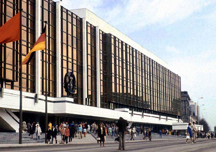 Un patrimonio imposible Acceso principal desde la plaza Marx y Engels