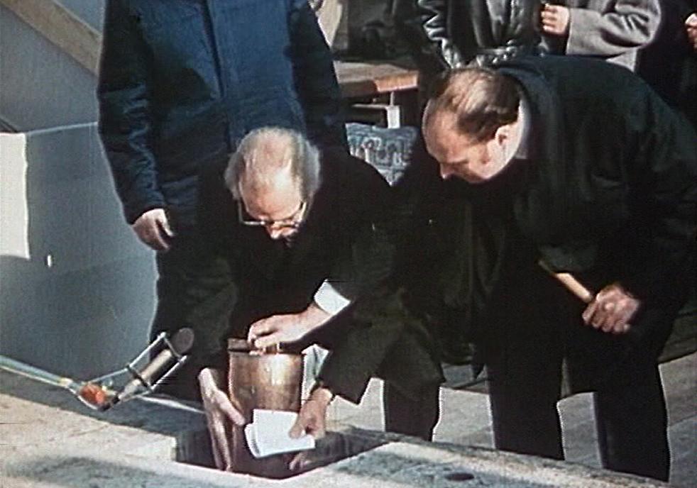 Erich Honecker colocando la cápsula con el proyecto. 1973