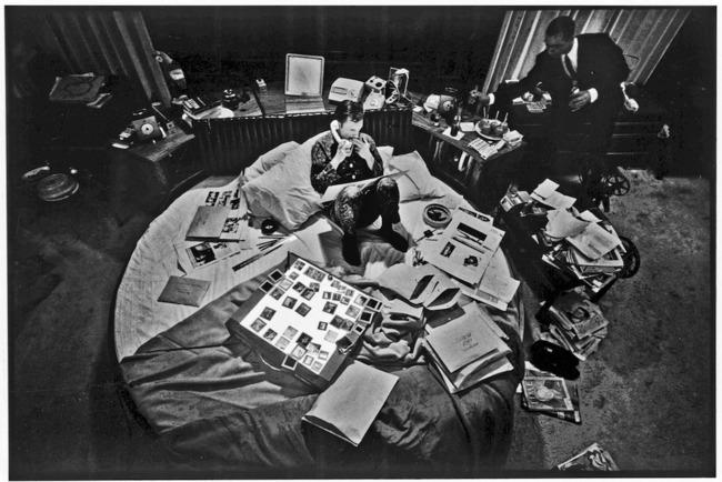 Hugo Hefner al frente de su imperio de comunicación desde la cama | Image via averyreview.com