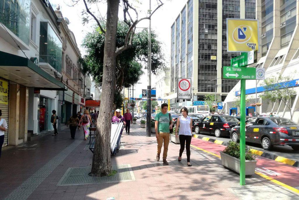 Avenida Larco en Miraflores (Lima), densidad, usos mixtos y diferentes modos de movilidad | Foto: Aldo Facho Dede 2017