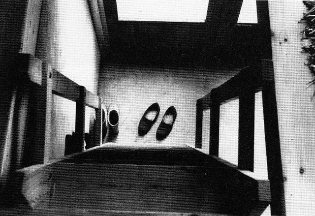"""Zapatillas al pie de las escaleras del """"cottage"""" en Upper Lawn. En """"Alison y Peter Smithson. De la casa del futuro a la casa de hoy"""", Dirk Van Den Heuvel y Max Risselada. COAC/Ediciones Polígrafa, Barcelona, 2007."""
