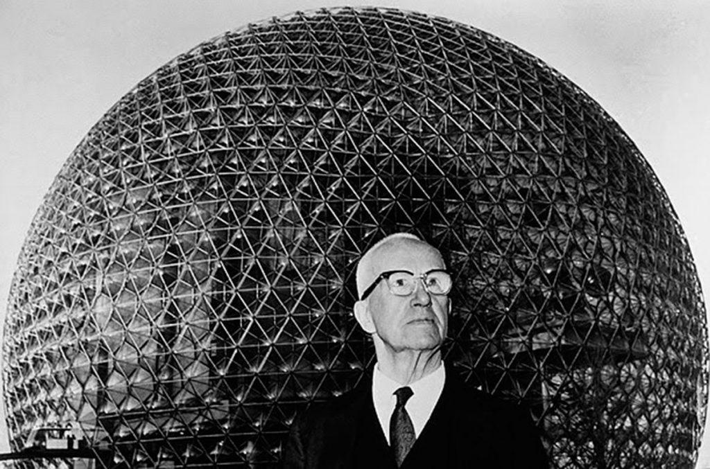Buckminster Fuller, uno de los protagonistas de este post, delante de una de sus cúpulas geodésicas|Fuente:arquine