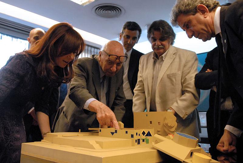 Clorindo Testa muestra a la presidenta Cristina Fernández de Kirchner, una maqueta en la Biblioteca Nacional. También la acompañan Florencio Randazzo y Horacio González Fuente:wikipedia.org