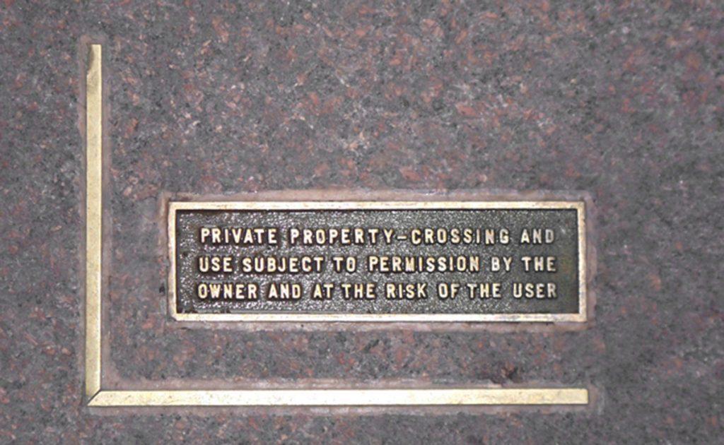 Placa en plaza Seagram Building en el 375 de Park Avenue. Mies van der Rohe