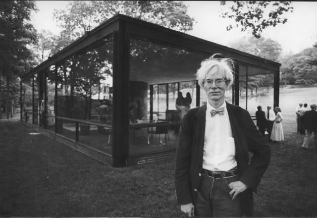 Las amistades inesperadas... Warhol en la casa de cristal de Philip Johnson.
