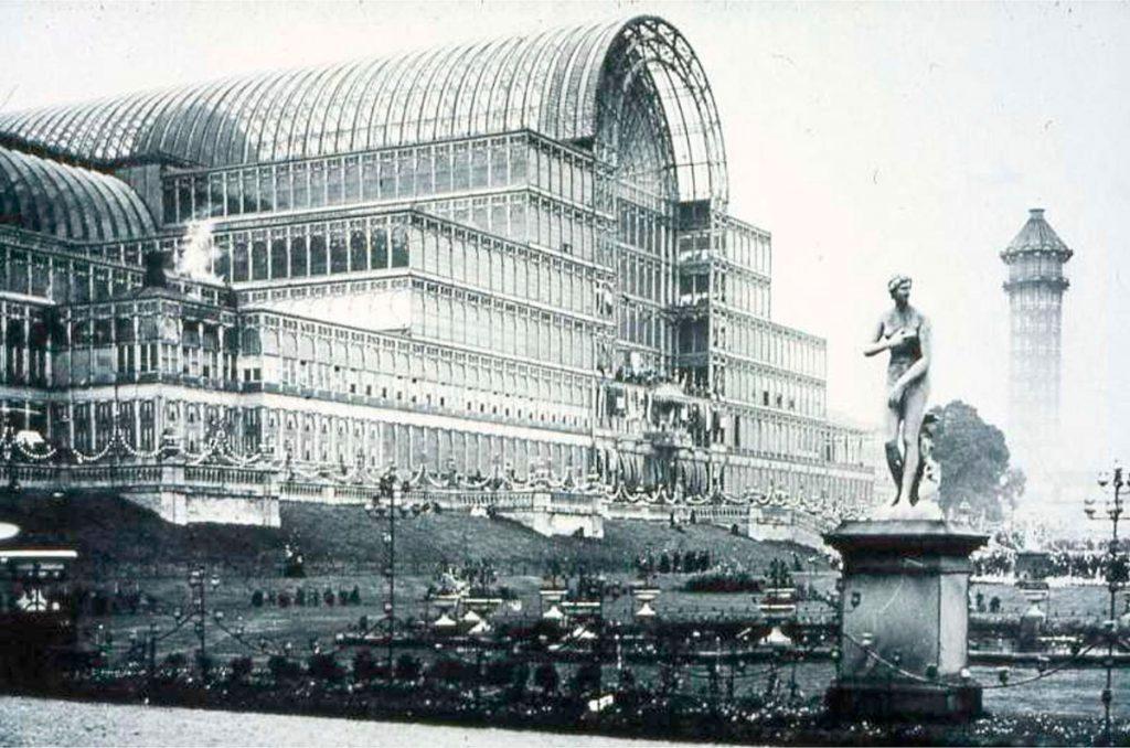 The Crystal Palace (El Palacio de Cristal) fue una edificación de hierro fundido y cristal construida en el Hyde Park, en Londres, con motivo de la Gran Exposición mundial de 1851. Su planta, formado por la nave principal y galerías longitudinales, medía 563,25 m x 124,35 m.