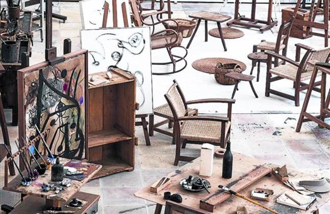 El taller de Joan Miró en Mallorca en una de las páginas de 'El ojo de Miró', editado por La Fábrica.