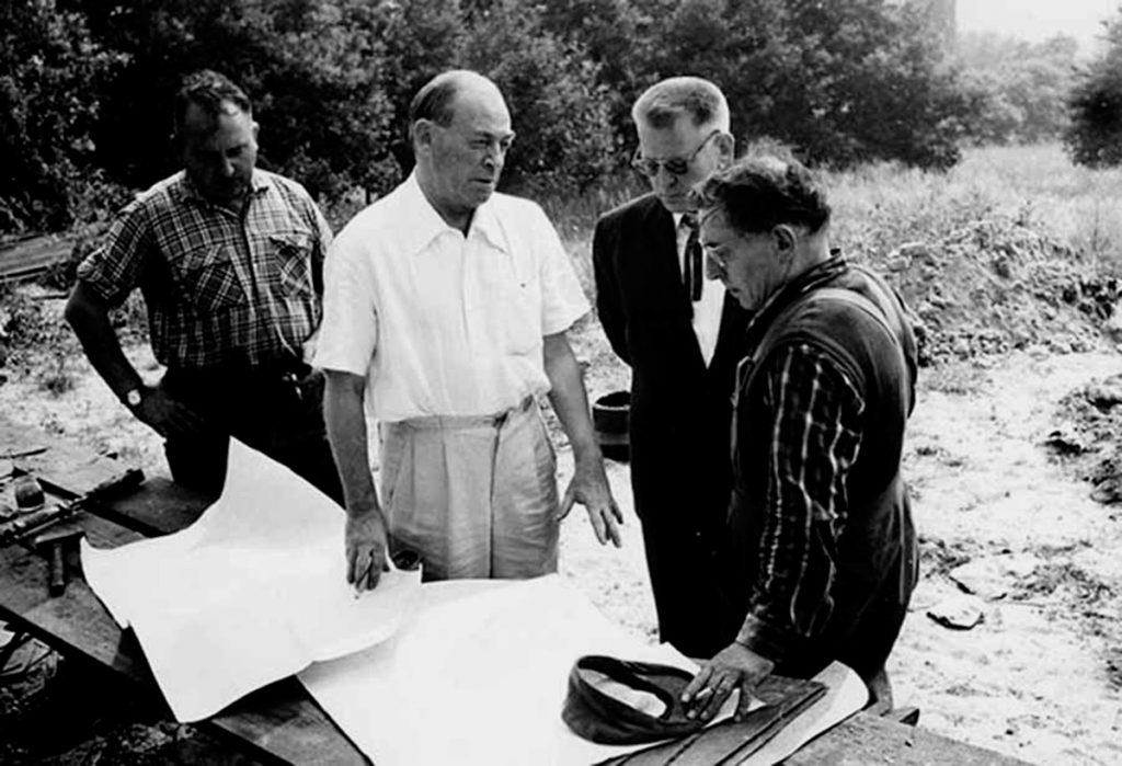 Alvar Aalto en una visita de obra de la Maison Carré, el único edificio del arquitecto construido en Francia.