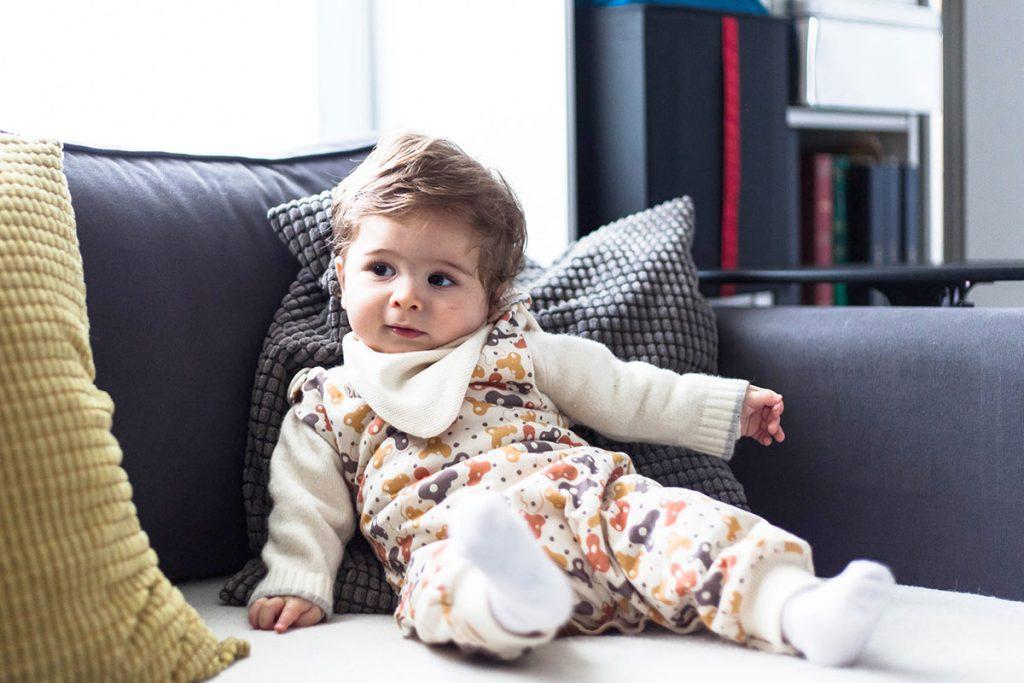 Bebé con mono reversible Cleoveo, modelo Kai.
