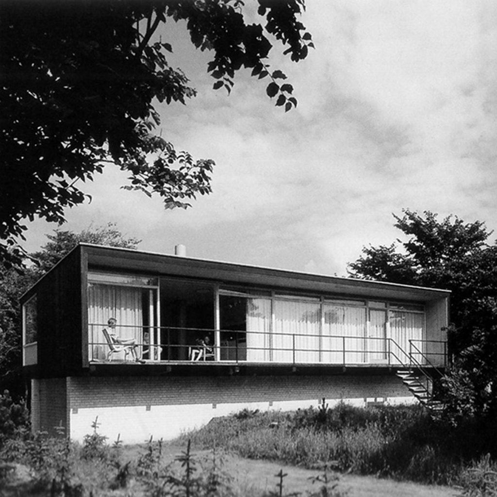 Arne Jacobsen imagen de época de la casa Kokfelt vista desde el jardín (h.1957).
