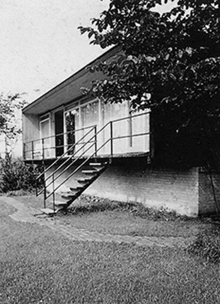Imagen de la escalera de bajada al jardín desde la baranda de la casa Kokfelt (h.1957).
