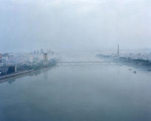 Maxime Delvaux: Río Taedong en Pyongyang, 2012.