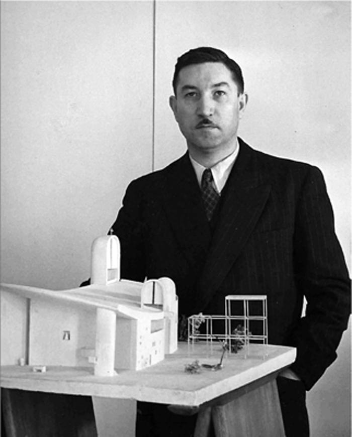 Claudius Petit junto a la maqueta de la Iglesia de Ronchamp, una de las obras más significativas de Le Corbusier, su amigo y maestro.