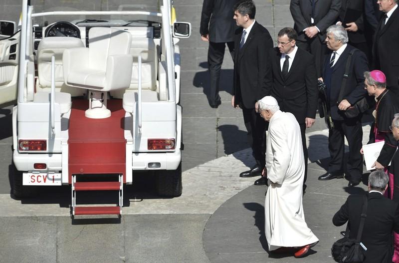 El papa Benedicto XVI camina hacia el papamóvil tras la última audiencia pública de su pontificado|EFE/Bernd Von Jutrczenka