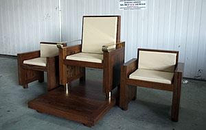 La terna de asientos en madera de mongoi realizada en Carpintería de Moreira|Fotografía: Fernando Blanco