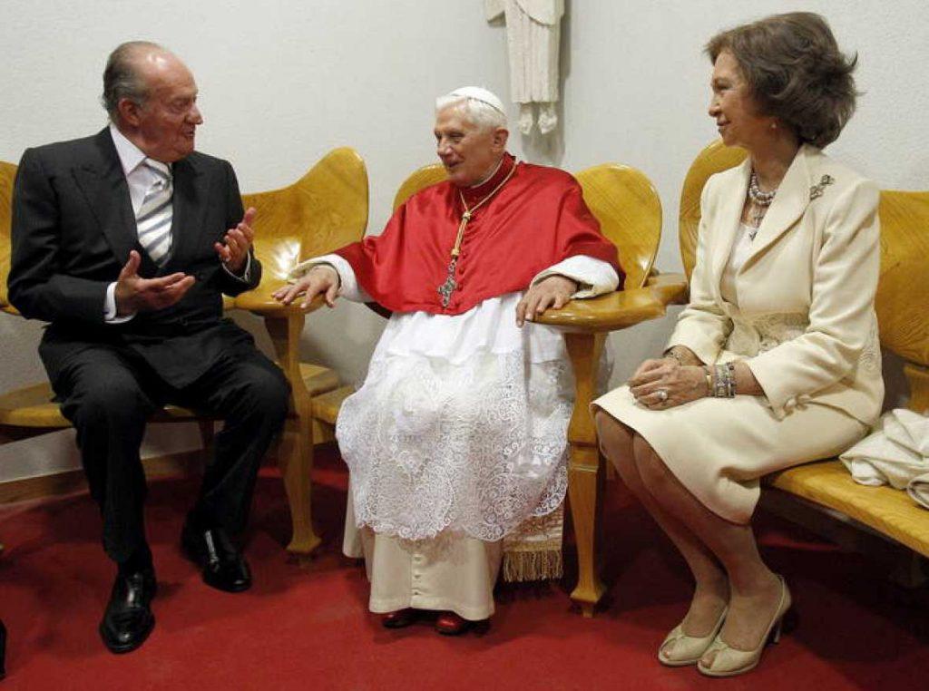 Los Reyes de España, Don Juan Carlos y Doña Sofía conversan con el papa Benedicto   Fuente: rtve