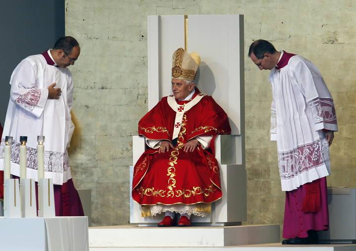El papa Benedicto XVI en el altar de la plaza del Obradoiro de Santiago de Compostela donde ofició la Santa Misa con motivo del Año Santo ante miles de personas. SANTIAGO DE COMPOSTELA, 06,11,2010 | EFE. Chema Moya