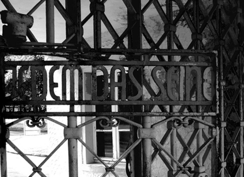 """Campo de concentración de Buchenwald. Detalle del rótulo de la puerta de entrada con el texto: """"A cada uno lo suyo""""   Fotografía: Javier Mozas"""