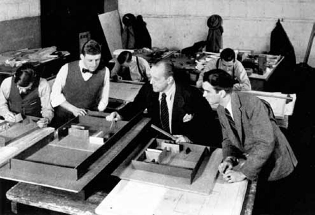 Mies van der Rohe con A James Speyer y George Danforth en el estudio del Departamento de Arquitectura, Armor Institute, Chicago, 1939 | Mies van der Rohe, Lehre und Schule. Werner Blaser. 1977