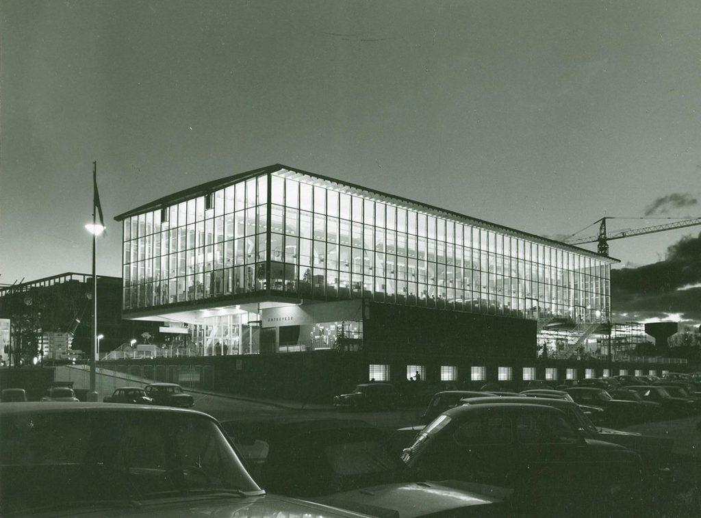 Imagen nocturna del Palacio de Exposiciones de la Cámara de Comercio de Madrid. Procedencia Archivo de la Cámara de Comercio de Madrid.