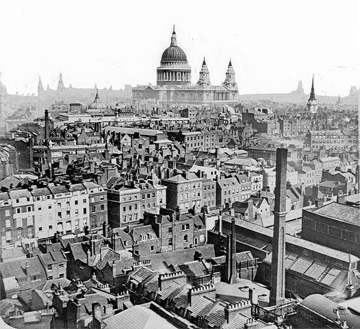 Una vista sobre los tejados de Londres de aproximadamente 1860-1883. La Catedral de San Pablo es vista en la distancia | Fuente: wikimedia.org