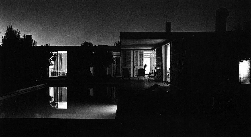 Fig.4. Fotografía nocturna de la casa Catasús de José Antonio Coderch (Sitges, 1955-56) realizada por Francesc Catalá-Roca en 1957.