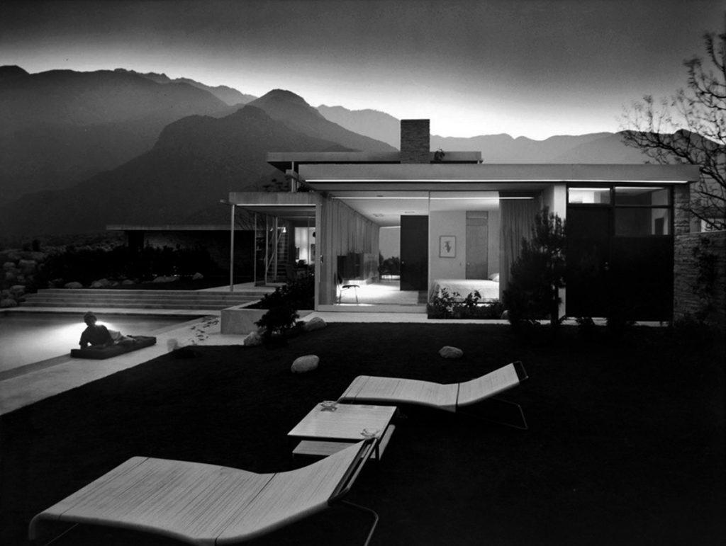 Fotografía nocturna de la Kaufmann House de Richard Neutra (Palm Springs, 1946-47) realizada por Julius Shulman en 1947.