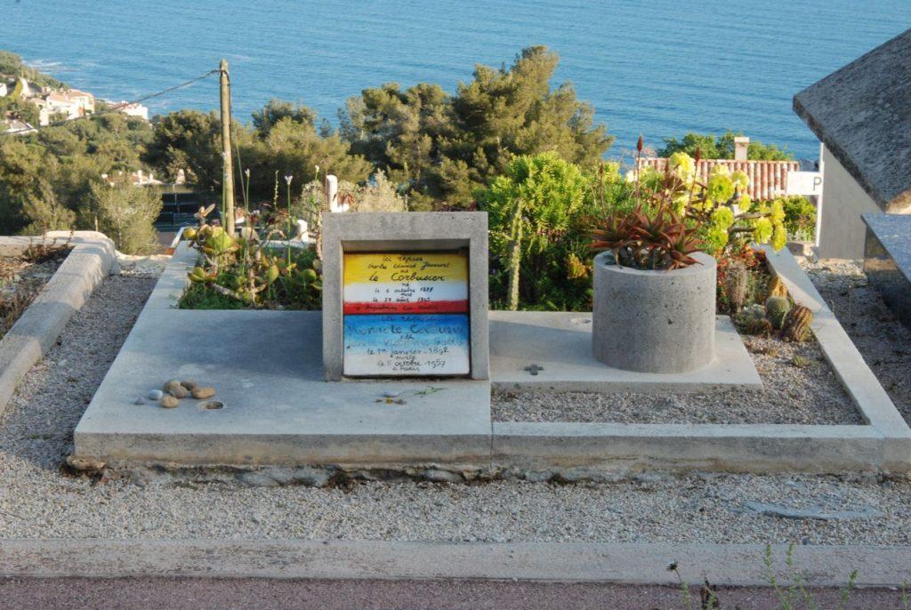 La tumba de Le Corbusier y su esposa: dos volúmenes, uno con la placa hecha por él, todo sobre un rectángulo dividido con las proporciones del Modulor. Nada especial.   Fotografía: Óscar Tenreiro Degwitz