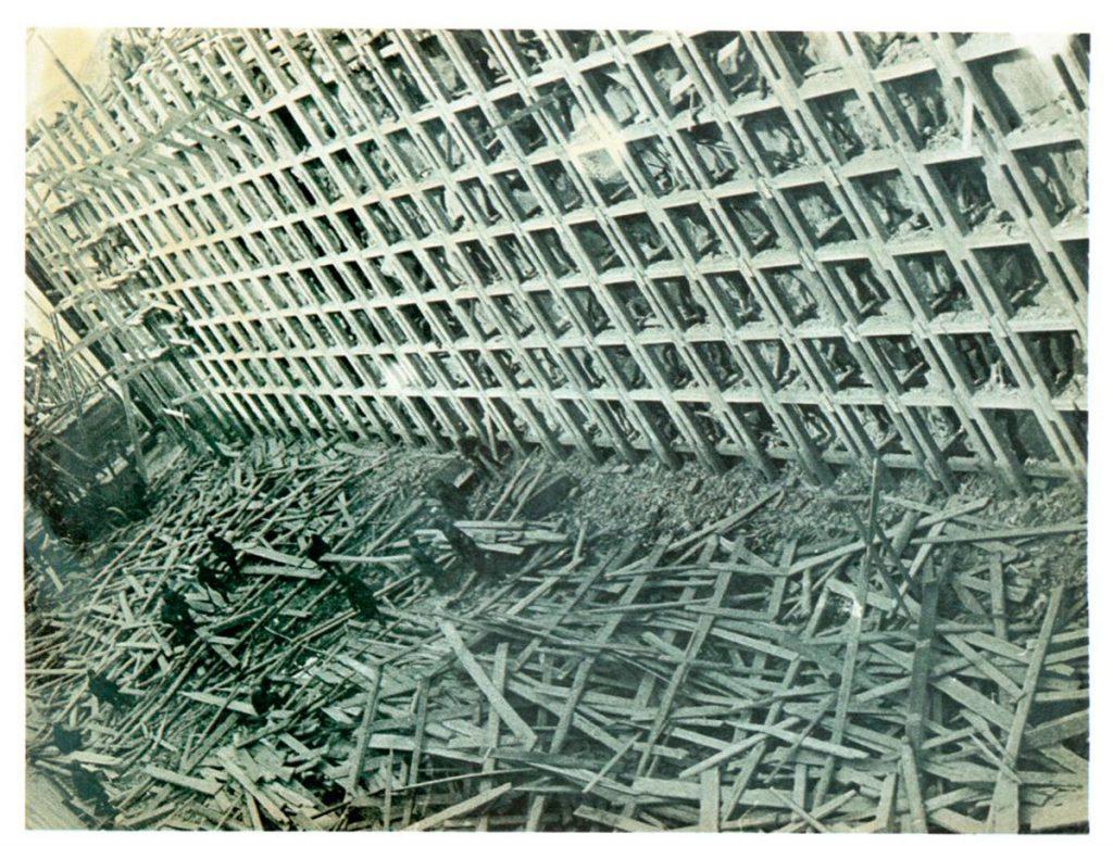 A. Rodchenko construyendo una reclusa, 1933.