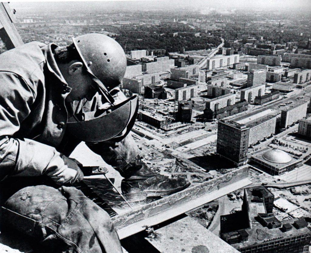 Constructor de la torre de televisión de Alexanderplatz, Berlín oriental, 1968.