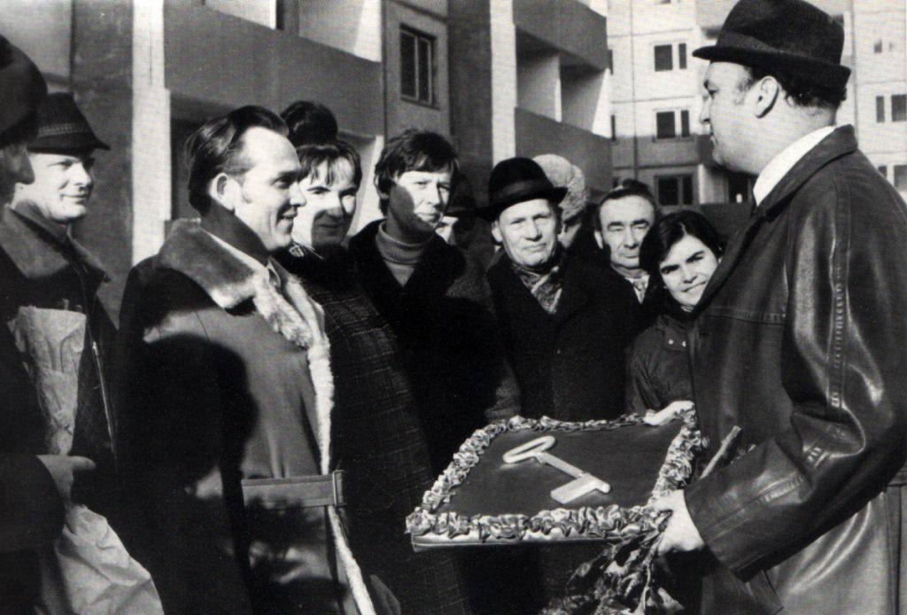 Entrega simbólica de llaves a los nuevos ciudadanos de Halle Neustadt en 1972.