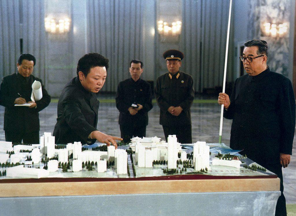 Kim Jong Il y Kim Il Sung con la maqueta de la avenida Changgwang de Pyongyang.