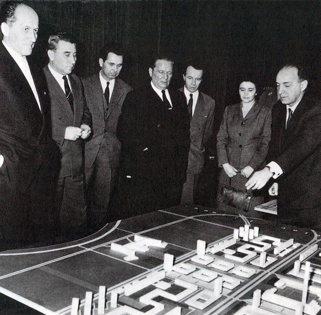 Tito con la maqueta y los arquitectos de la zona central de Nueva Belgrado